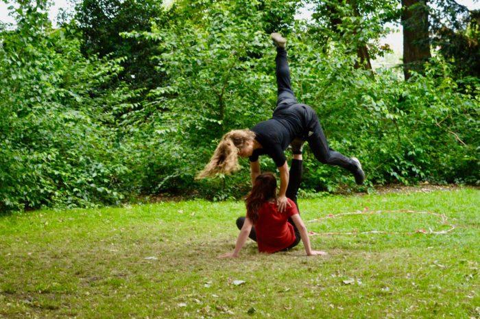 Kiek en Lot dansen in een groene omgeving voor Unless We Meet Nijmegen