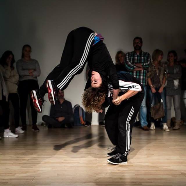 Een indrukwekkende actiefoto van een van de dansen bij Between the Lines