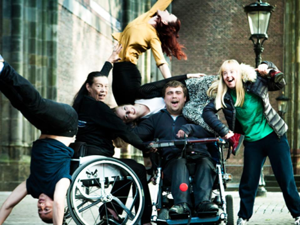 De leden van Danceable poseren voor een vrolijke foto